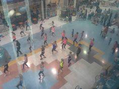 Dia Mundial del Corazón en el CC Alzamora. Clase abierta de Zumba del GImnasio Onsen en la planta de ocio Zumba, Photo Wall, Frame, Painting, Home Decor, Art, Gym, Events, Picture Frame