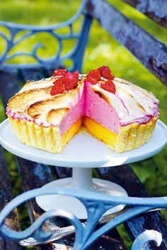 Citronpaj med hallon maräng Lemon pie with raspberry meringue Amazing colours Raspberry Meringue, Meringue Pie, Köstliche Desserts, Delicious Desserts, Dessert Recipes, Bagan, Cake Cookies, Cupcakes, Swedish Recipes
