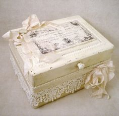 ❤°(¯`★´¯)Shabby at this sweet little keepsake box! Wait until you see the next photo showing the inside! From~ The Feathered Nest ~: A finished treasure box! Diy Decoupage Projects, Decoupage Box, Craft Projects, Project Ideas, Shabby Chic Crafts, Vintage Crafts, Cigar Box Crafts, Altered Cigar Boxes, Pretty Box