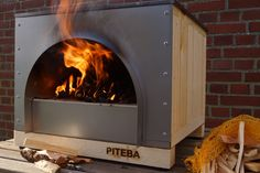 This wood fired outdoor oven is appropriate for making quality pizzas. The pizza oven is handmade but not traditional. Using sand as a heat barrier makes it a unique and sustainable oven. Diy Pizza Oven, Pizza Oven Outdoor, Pizza Ovens, Table Saw Accessories, Wood Burning Oven, Four A Pizza, Wood Oven, Wooden Wall Panels, Tiny House Trailer