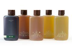 Puinen korkki on hienon näköinen ja pullon alareunan kuviointi on upeaa.