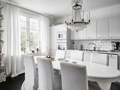 Post: El talento de los estilistas de interiores --> accesorios decoración, blog decoración nórdica, casa sueca, complementos hogar, decoración interiores, diseño interiores, El talento de los estilistas de interiores, Estilismo de interiores, scandinavian interiors,interior inspiration, home decor, cocina nórdica chandelier