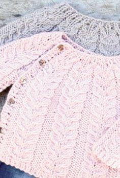 Strik en nuttet snoningstrøje til de mindste Baby Cardigan Knitting Pattern, Baby Knitting Patterns, Knitting Designs, Knitting Projects, Crochet Baby, Knit Crochet, Baby Barn, Baby Girl Sweaters, Knitting For Kids