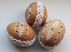 "Kraslice s krajkou spojení frivolitkované krajky s ""madeirou"" barva hnědo-bílá cena za jeden kus Egg Crafts, Easter Crafts, Carved Eggs, Egg Tree, Easter Egg Designs, Ukrainian Easter Eggs, Faberge Eggs, Egg Decorating, Crafts To Make"