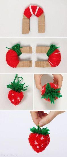 Os pompons estão de volta. Roda a menina fez pompons em alguma altura da vida. Fazer pompons era uma forma de passar tempo e uma forma de personalizar roupa, sacolas e chaveirinhos. Fazer pompons em forma de fruta é uma forma divertida e linda de fazer pompons. Pode transformar os seus pompons numa maçã, numa laranja