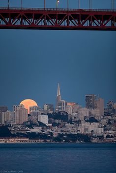 Peek-a-Boo (an amazing shirt-sleeve-weather night in SF, awaiting the appearance of the full moon) Living In San Francisco, San Francisco City, San Francisco California, San Francisco Skyline, San Francisco Travel Guide, Espanto, Most Beautiful Cities, Vegas, Places To See