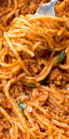 This Easy and hearty Meaty Spaghetti Recipe ready in under 30 minutes is amazing! Ground meat with marinara and spaghetti made in one pot for the perfect easy dinner. #valentinascorner #spaghetti #spaghettirecipe #pasta #dinner #meatyspaghetti Supper Recipes, Entree Recipes, Top Recipes, Lunch Recipes, Breakfast Recipes, Sweets Recipes, Spaghetti Recipes, Pasta Recipes, Cooking Recipes