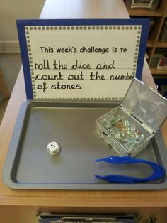 Mesa dos desafios. O desafio desta semana é atirar o dado e contar as pintas. Challenge area - counting