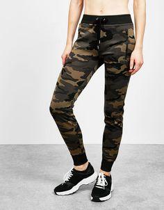 Pantalón sport neopreno camuflaje. Descubre ésta y muchas otras prendas en Bershka con nuevos productos cada semana
