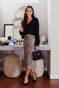 With Love From Kat wearing a black sweater, a leopard skirt, black pumps and a black handbag. Jupe Midi Leopard, Leopard Skirt Outfit, Printed Skirt Outfit, Midi Rock Outfit, Midi Skirt Outfit, Leopard Print Skirt, Printed Skirts, Skirt Outfits, Midi Skirts