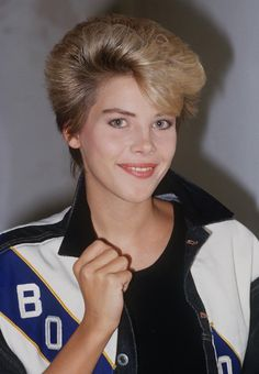Catch (The Netherlands/Germany) 80s Hairstyles Female, 80s Haircuts, Wedge Hairstyles, Retro Hairstyles, 60s Hair, Beautiful Haircuts, Gorgeous Eyes, Woman Face, Popular