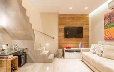 aménagement sous escalier avec casier à bouteilles en bois, escalier en béton et lambris bois