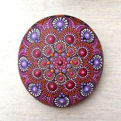 Mandala Stein von Hand bemalt rot und Purpur.