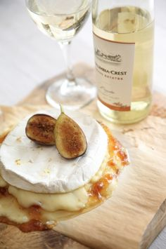 Baked brie cheese, paired with figs and moscato wine Tapas, Moscato Wine, Fig Jam, Cheese Party, Wine Cheese, In Vino Veritas, Snacks, Appetizer Recipes, Wine Party Appetizers