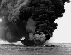 USS Bunker Hill en llamas, tras un ataque kamikaze japonés cerca de Okinawa, 11 de mayo de 1945.