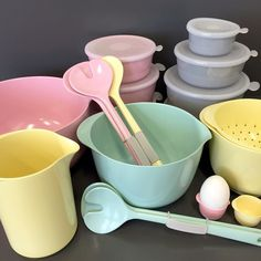 Pastellkärlek! Klassiska melaminprodukter från Rosti Mepal i härliga retrofärger; grön, rosa och gul. Och för förvaring av alla godsaker, burkar med lock, perfekt! Margrethe skål 159kr. Mixkanna 149kr. Salladsbestick 69kr. Äggkopp 19kr. Durkslag 99kr. Burk med lock från 49kr. Finns på R.O.O.M. i Täby C! #roombutiken #rostimepal #margretheskål