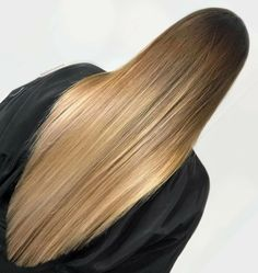 ✨ Balayage i all sin prakt ✨ här är den grafiska definitione V Cut Hair, V Hair, Hair Cuts, Beautiful Long Hair, Gorgeous Hair, Hair Color Guide, Brown Blonde Hair, Ombre Hair Color, Balayage Hair