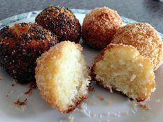 Kokosbolletjes met vleugje chia zaad: 4 eieren, 100 gr kokosrasp, 3 eetlepels kokosvet, 3 eetlepels honing. Alles door elkaar. Balletjes draaien. Rollen door chiazaad of kokosrasp en 25 min in de oven op 170*C