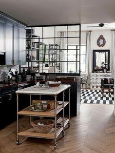 cuisine verriere noire, parquet chevron, carrelage noir et blanc, cuisine en l avec cabinets de bois foncé