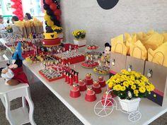 Mesa Mickey Mouse nas cores tradicionais