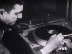 Pierre Schaeffer reproduit son expérience de découverte de la musique concrète. Le sillon fermé préfigure les technologies de l'échantillonnage.