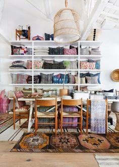 A designer, blogueira e dona de uma loja virtual Amber Lewis abre loja física para quem gosta de uma decoração com muita cor e com uma mistura ousada de vintage e moderno.