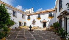 Patio Andaluz de Hacienda El Santiscal en Arcos de la Frontera Relax, Andalucia, Patio, Vacation, Mansions, House Styles, Home Decor, Rustic Cottage, Houses