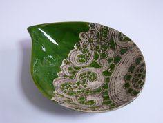 Zielona miseczka ceramiczna w kształcie łezki Wymiary: średnica 17x13 cm wysokość 4 cm Hanja - Hanna Owczarek