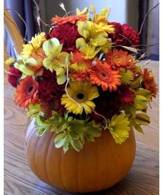 Decorate your fall table – no matter if it's a usual dinner, a Halloween party or a Thanksgiving table. Here are some amazing but simple DIY Fall Centerpiece Pumpkin Centerpieces, Thanksgiving Centerpieces, Diy Thanksgiving, Centerpiece Ideas, Centerpiece Flowers, Table Centerpieces, Wedding Centerpieces, Diy 2019, Fall Flower Arrangements