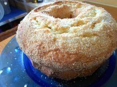 Delicioso bolo de coco, fácil de fazer e excelente para festas! Por usar óleo e leite, este bolo fica mais suave e húmido que o habitual. Receita de Bolo de Coco Ingredientes Farinha - 320gr Fermento - 5gr (Uma colher de chá) Açúcar - 240gr Óleo - 125ml Coco - 125gr (Ralado) Ovos - 5 Leite - 200ml Sal - Uma pitada Coco - Ralado a gosto para pôr por cima Instruções Começa por separar as gemas das claras, bate as gemas com o açúcar, seguido pelo óleo, o coco ralado, a farinha e o fermento e… Food Cakes, Cupcake Cakes, My Recipes, Cake Recipes, Cooking Recipes, Brazillian Food, Rum Cake, Portuguese Recipes, Recipe For Mom