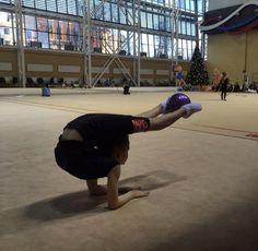 Rhythmic Gymnastics Training, Gymnastics Flexibility, Gymnastics Poses, Amazing Gymnastics, Gymnastics Workout, Gymnastics Pictures, Artistic Gymnastics, Amazing Flexibility, Ballet Images