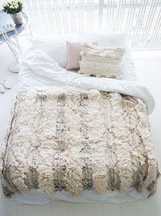 Beautiful moroccan wedding blanket/handira. Contemporay elegance. ♡♡♡ One-of-a-kind in very good shape. http://www.elramlahamra.nl/component/virtuemart/woonaccessoires/handira/handira-660-detail.html?Itemid=0