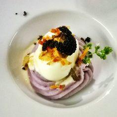 Uovo cotto a bassa temperatura con purè di patata viola,guanciale croccante e tartufo