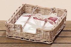 Z proutí nemusí být jen košíky, ale třeba i box na papírové ubrousky. Ozdobná mašlička z něj pomáhá vytvořit romantický doplněk. Cena 189 Kč; La Almara