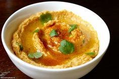 Door de zoete aardappel smaakt de hummus lekker zoetig en de chilipoeder geeft het een beetje pit. Hou je niet van koriander? Gewoon weglaten, de hummus is