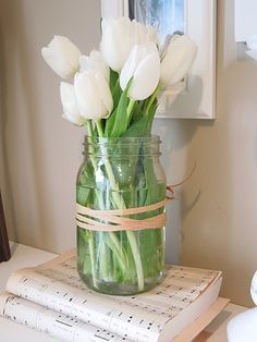 Spring flowers - simple but beautiful floral arrangement mason jar white . - Spring flowers – simple but beautiful floral arrangement. Mason jar of white tulips - Tulpen Arrangements, Floral Arrangements, Spring Flower Arrangements, Floral Centerpieces, White Tulips, White Flowers, Tulips In Vase, Purple Tulips, Wood Flowers