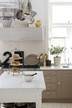tiles - Vintage Kitchen Newly Renovated ~ Interiors and Design Less Ordinary Kitchen Interior, New Kitchen, Vintage Kitchen, Kitchen Dining, Kitchen Decor, Kitchen Ideas, Kitchen Vignettes, Cocinas Kitchen, House Of Beauty