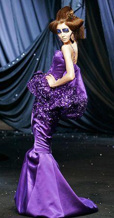 dior foto abiti galliano simons Abito viola con strass John Galliano per Dior - foto 16 di 19