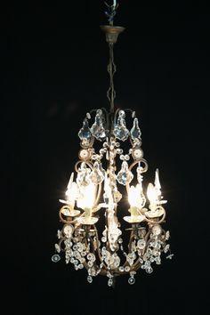 Lampadario del 900. Lampadario a dodici bracci e sei punti luce. Elementi decorativi in cristallo.