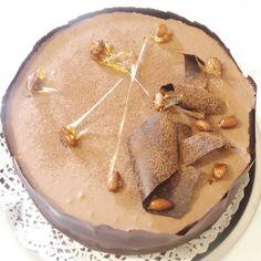 M-am incumetat in sfarsit sa execut si acest tort, creat parca special pentru iubitorii de ciocolata. Cand veti citi reteta vi se va par...