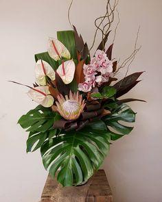 Tropical Vases, Tropical Centerpieces, Flower Arrangement Designs, Flower Designs, Vase Arrangements, Flower Shirt, Garden Painting, Asymmetrical Design, Floral Bouquets