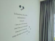 Slaapliedje muurschildering in babykamer