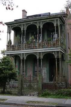 Dilapidated house in the garden district in New Orleans