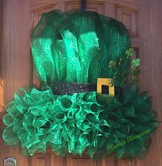 Used a clip-art image to create this Leprechaun Hat Deco Mesh Wreath – Spring Wreath İdeas. Wreath Crafts, Diy Wreath, Wreath Ideas, St Patrick's Day Decorations, Flower Decorations, Balloon Decorations, Diy St Patricks Day Wreath, Holiday Wreaths, Spring Wreaths