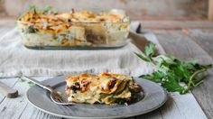 Det er høst og tiden har kommet for varme ovnsbakte retter. Lasagne smaker alltid godt, og denne vegetarvarianten med kantarellsaus og soltørket tomat er proppfull av gode smaker. Lag den gjerne kvelden før, så kan du enkelt og raskt varme den opp igjen dagen etter. Serveres med en deilig grønn salat til. Fall Recipes, Vegan Recipes, European Kitchens, Cheddar, Lasagna, Quiche, Nom Nom, Baking, Breakfast