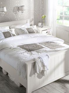 Een landelijke slaapkamer in wit met een romantisch tintje, van bed tot accessoires #white #bedroom