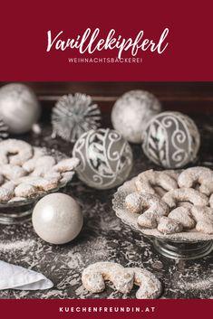 Kein Weihnachtskeksteller ohne Vanillekipferl. Und jede Familie hat ihr Geheimrezept. Das ist unseres, Die Kipferl bestehen nur aus Butter, Zucker, Mehl und Vanille. Ganz ohne Ei und besonders mürbe. Sie sind einfach himmlisch in Geschmack und Textur. Hallo Winter, Dessert, Post, Sweets, Breakfast, Blog, Advent Season, Surface Finish, Sugar
