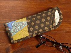 スリムなメガネケースです。程良いクッション性でレンズが傷付きにくく、また、出し入れしやすいように口をカーブさせました。薄いので携帯用にも便利です。1 枚目の写...|ハンドメイド、手作り、手仕事品の通販・販売・購入ならCreema。