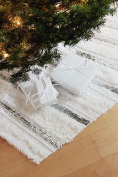 first off : longest DIY title ever. secondly : i am so excited to show you guys our tree skirt! i know i posted last week about not being able to get a tree,…