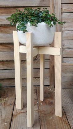 Un support de plantes Diy Stool, Bois Diy, Easy Wood Projects, Ikea Hack, Outdoor Decor, Furniture, Home Decor, Genre, Oui